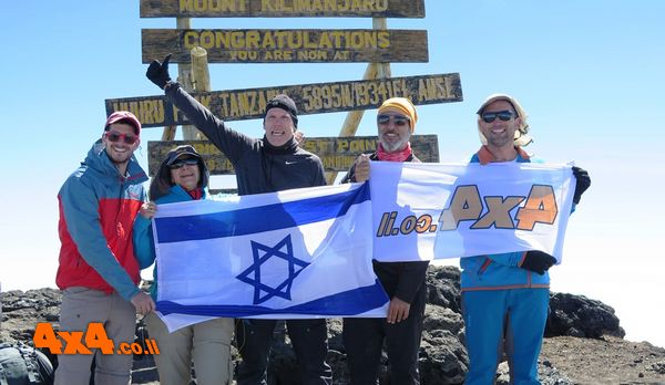יום הפסגה - 12 שעות הליכה - 1200 מטרים בטיפוס בעלייה עד פסגת הקילימנג'ארו - אוהורו 5895 מטרים
