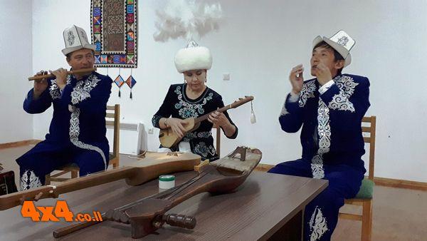 שלישיית הקירגיזסטנים בפעולה