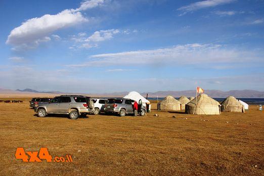 מחנה היורטות ליד אגם סונקול
