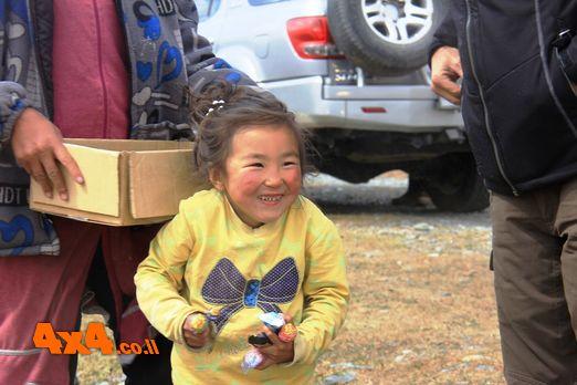 התרגשות על פניה של ילדה החיה ביורטה באמצע שום מקום וזוכה לסוכריה על מקל