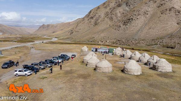מחנה יורטות בצידי הדרך