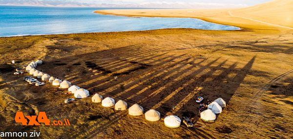 מחנה היורטות על רקע האגם ברום של 3035מ'