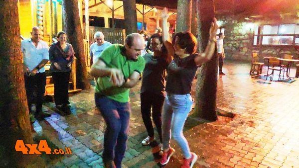 רוקדים בחצר המסעדה עם המלצר הראשי