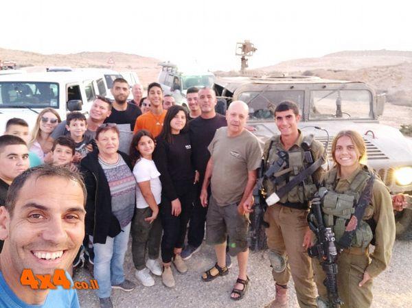 הקבוצה עם צמד הליווי הצבאי