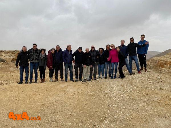 בסיום משימה ראשונה - תמונה קבוצתית בראש קיר המכתש ליד האנדרטה לציון קריאת הדרך על שם אברהם קריניצי