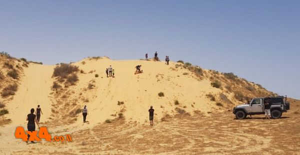 עצרנו ליד אחת הדיונות של הגדה הדרומית של נחל הד כי הילדים רוצים אקשן
