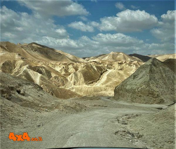 נוף אופייני למדבר יהודה - ערוצים רבים חוצים את נתיבי הנסיעה