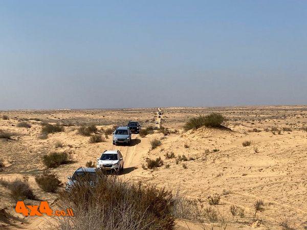 קוון בכוון 200 במדבר לאורכו מזדנבת שיירה של 14 רכבים עולים ויורדים