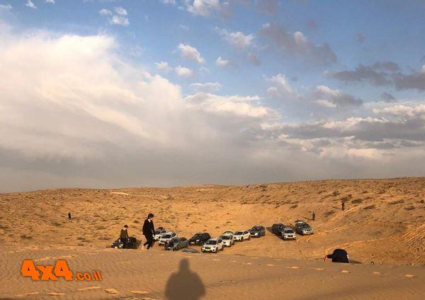 הביתה בין ערמות עננים אחרי השקיעה במדבר
