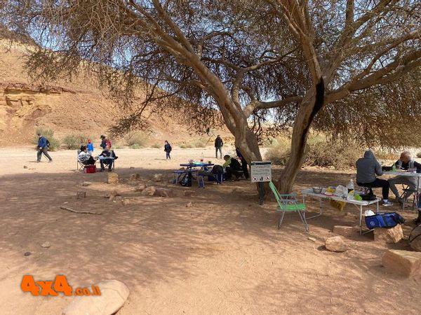 ארוחת הצהרים למרגלות גבעת חרוט בנחל ארדון