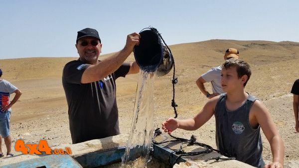 שואבים מים מהבור