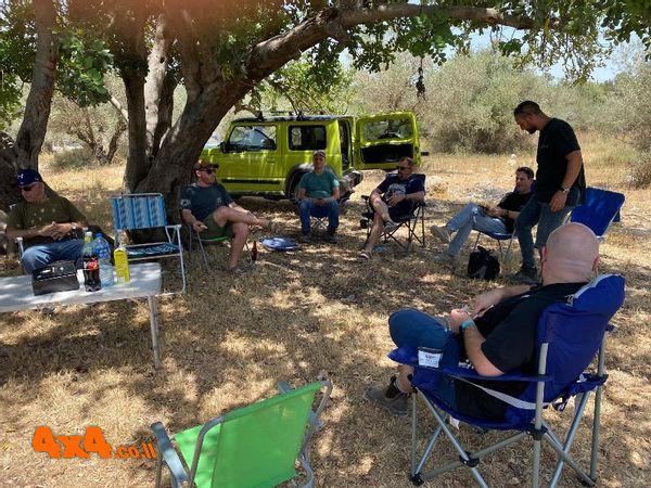סיום המסלול בהתרווחות בצל העצים על קפה ומאפה לשיחה המסכמת