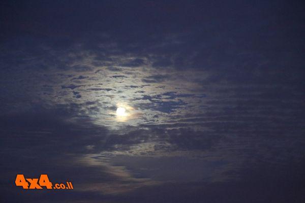 הירח זורח