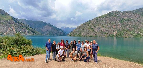 היעד אלא בוקה - הקבוצה על רקע האגם סארי צ'לק