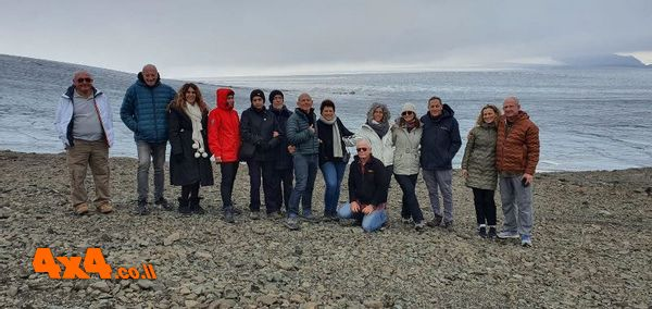 המקום לתצלום קבוצתי כשהקרחון ברקע