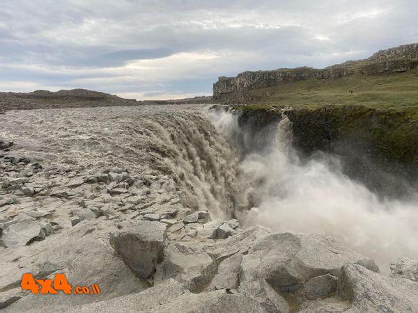 חוב מיום האתמול מפל מים מרשים שתפוקתו 200 קוב/שניה