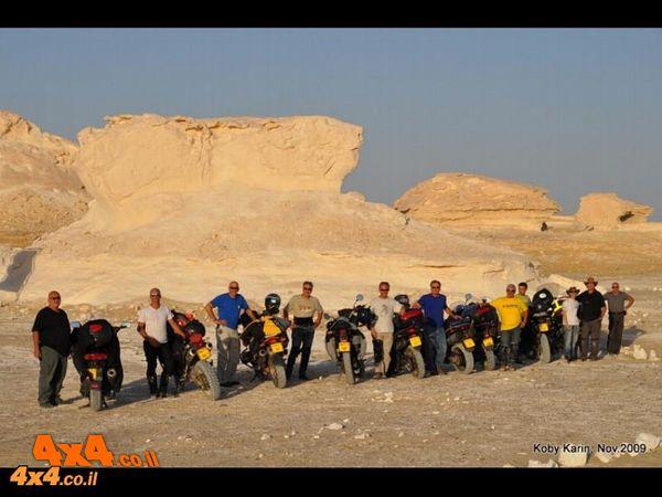 מצרים הכול כלול: אופנועי כביש במדבר המערבי