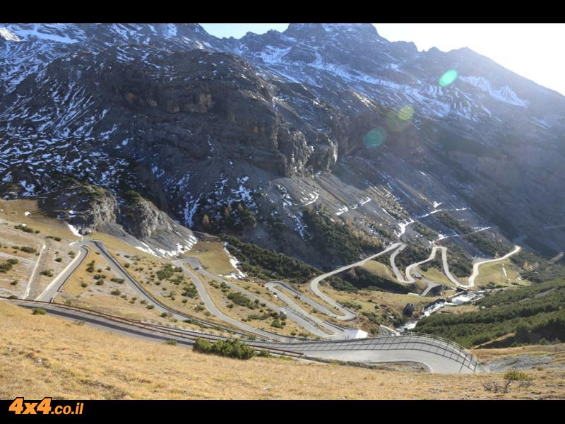 כביש מפותל בדרך לסטלביו 2,757 מטרים