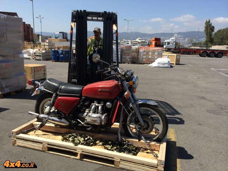 משטח העץ עליו מגיע האופנוע מארצות הברית