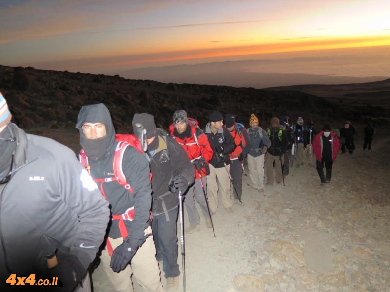 עם עלות השחר יצאנו לטיפוס האחרון - 1,200 מטרים עד לפסגת קילימנג'רו