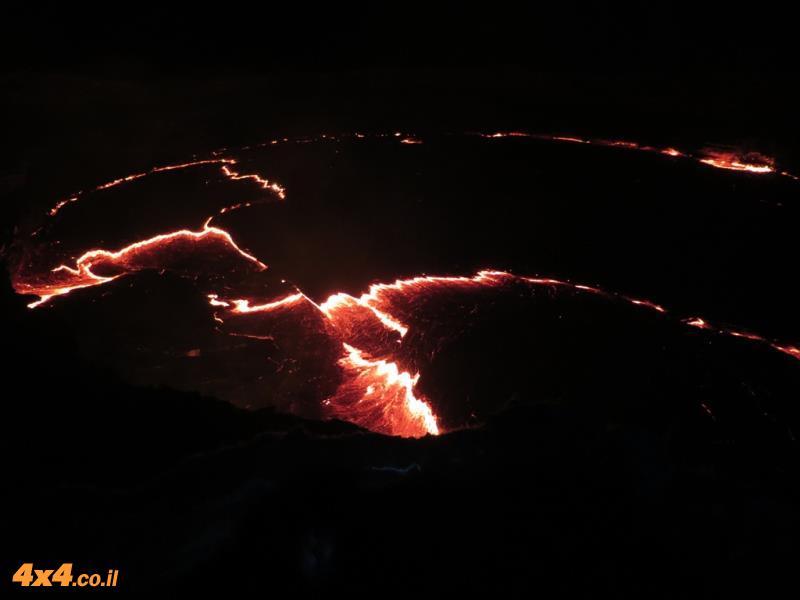 מהטיפוס עם כלי הרכב לטיפוס ברגל לעבר הר הגעש