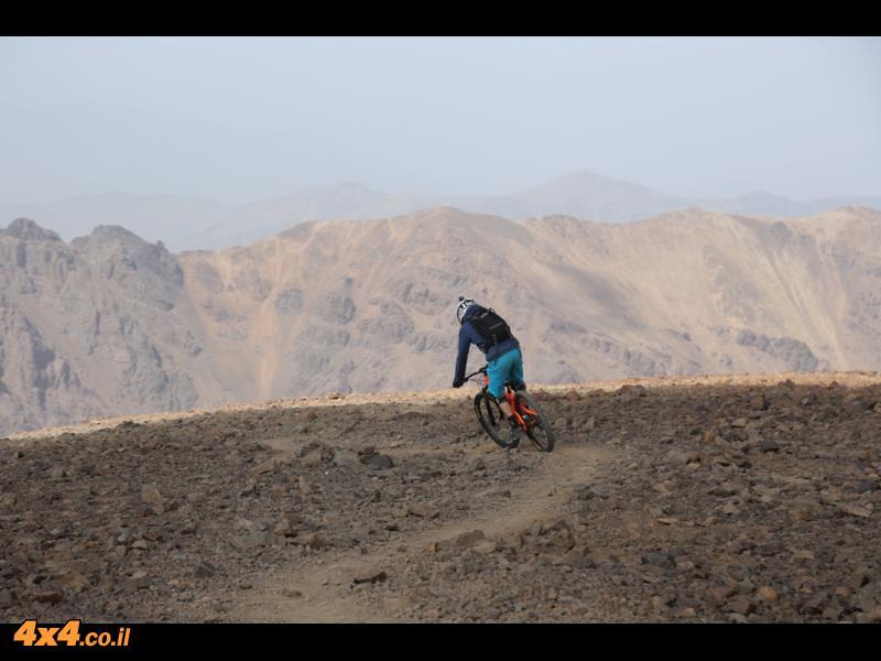 טיפסו ברגל כמה שעות עם האופניים על הגב וירדנו למטה בעשרים דקות