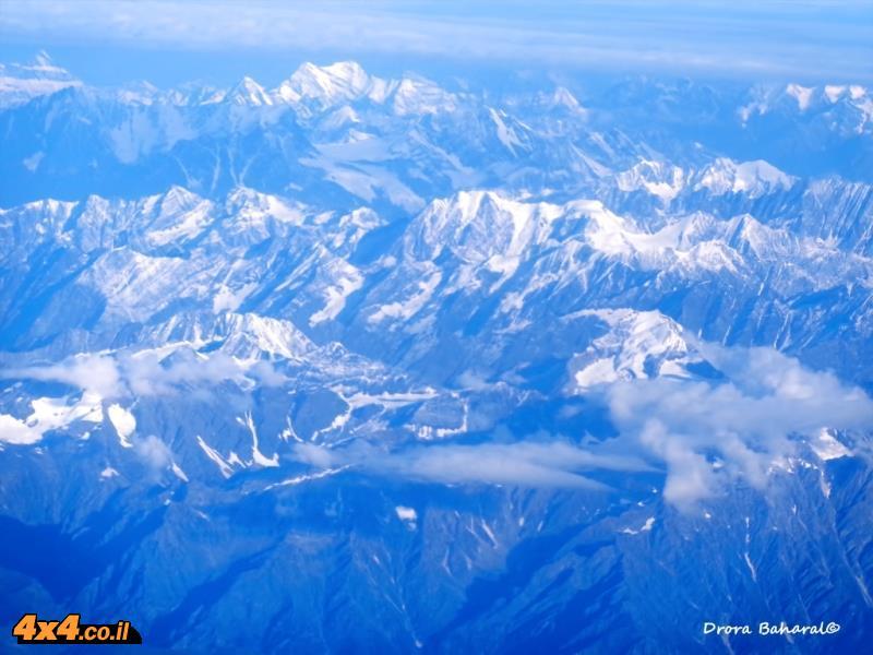 פסגות רכס ההימלאיה מחלון המטוס