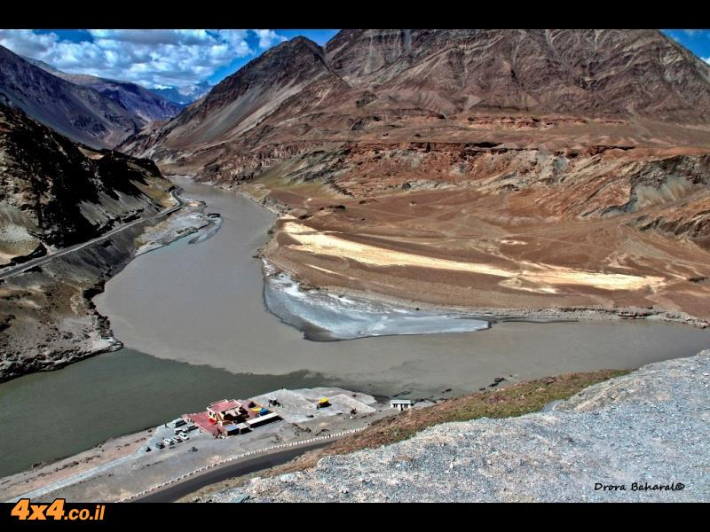 מפגש בין שני נהרות ענק, הזנסקר מימין והאינדוס משמאל