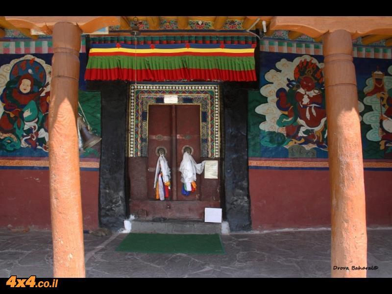 דלת אולם התפילה בגומפה ריזונג