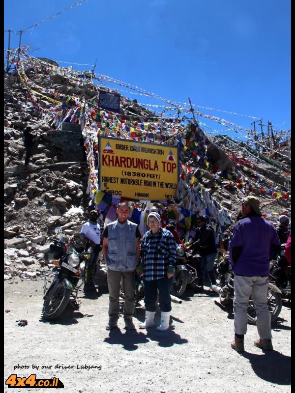 טאשי ואני במעבר המוטורי הגבוה בעולם קארדונג-לה 5602 מטר