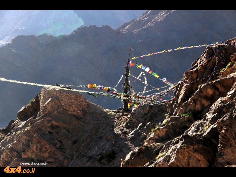 דגלי תפילה נישאים ברוח ממרומי הגבעה עליה ניצב המקדש העתיק של מלכי לה