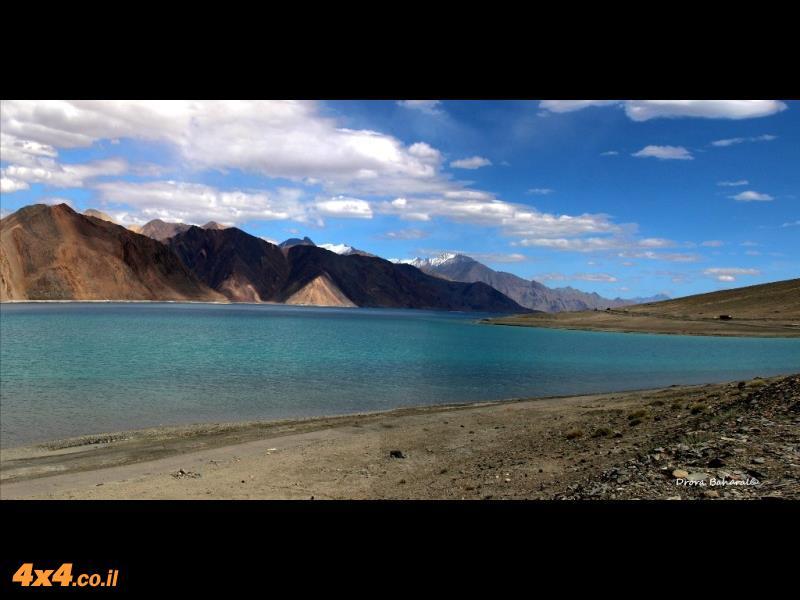 פנגוג צ'ו, הוא מרהיב בצבעי כחול-טורקיז וירוק עמוק ומוקף הרים גבוהים