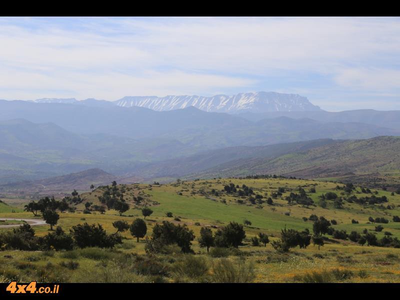 ג'בל ראט לבן מפוספס עם חום ושדות ירוקים למרגלותיו