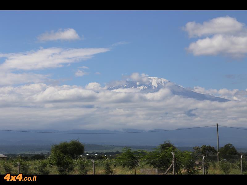 ביום בהיר (כמו שהיה לנו) רואים את פסגת הקילימנג'ארו מעל מישורי הסוואנה