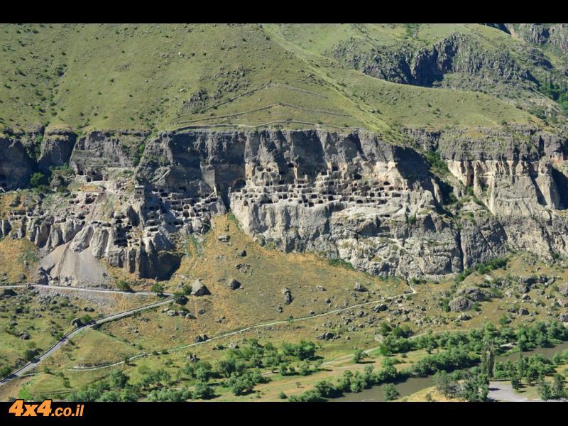 אתר המערות של וארדזייה - צילום מהמצוק שמנגד