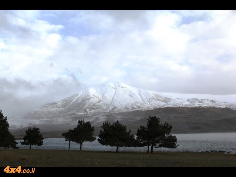 אגם טאבאסקורי וההרים המושלגים סביבו