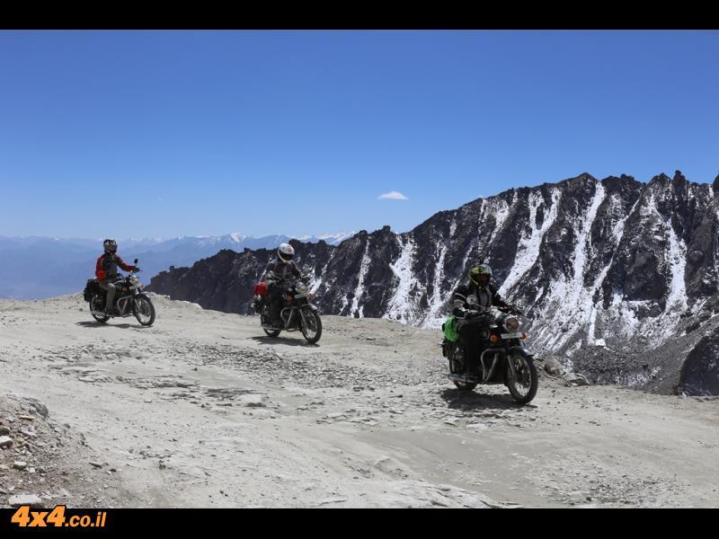 על אופנוע בדרך המוות של ההימאליה