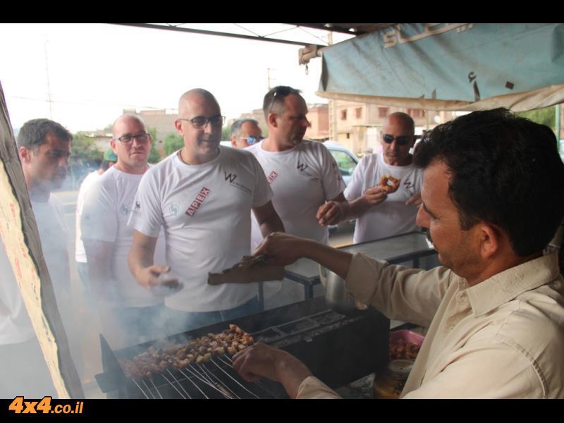 אוכל רחוב והרבה מרוקאים בצידי הדרכים