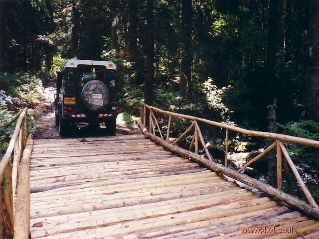 וגם גשרי עץ רעועים קיימים בהרי רילה