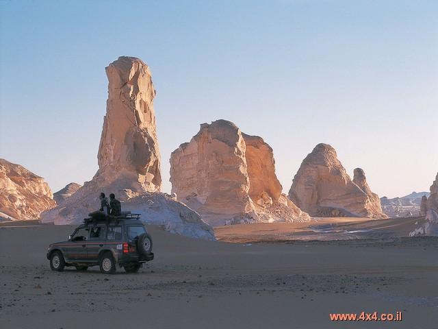 בערך 250 ק''מ מקהיר, יורד הכביש במורד חד, חצוב בצלעות רכס.