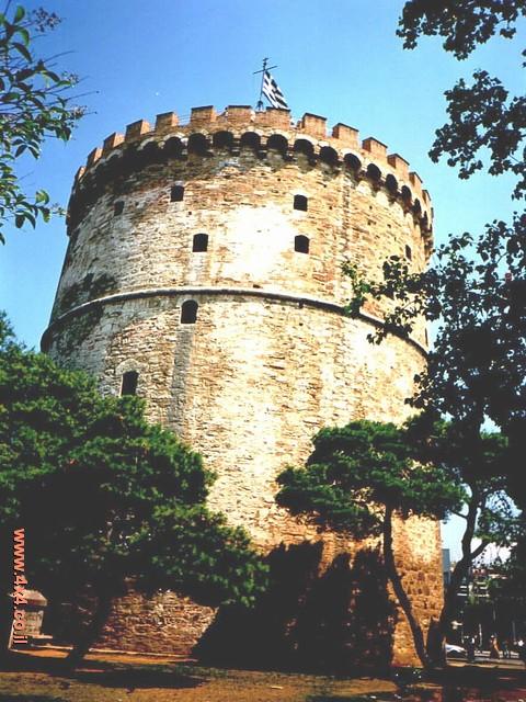 הכביש שמקיף את העיר מצפון עובר דרך שער עתיק של העיר שנקראת רודוס