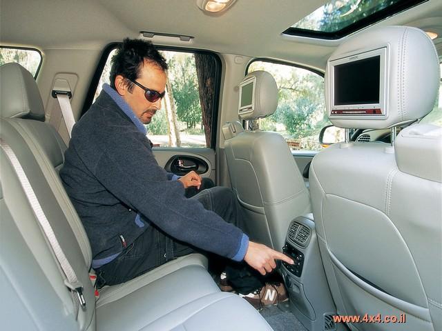 המושבים סופר-נדיבים במידותיהם - הם קרובים יותר לספת טלוויזיה מאשר למושבי-מכונית צנועים