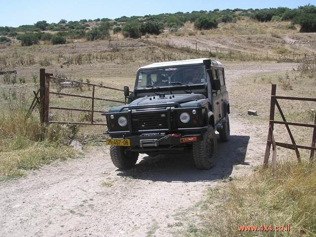 נוסעים על השביל מעט דרומה וחוזרים לכביש דרך שער בקר