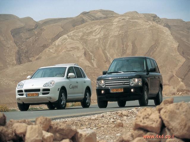 בחניה ההבדלים בין המכוניות קיצוניים ממש כמו הצבע השחור של הריינג' מול הלבן של הקאיין