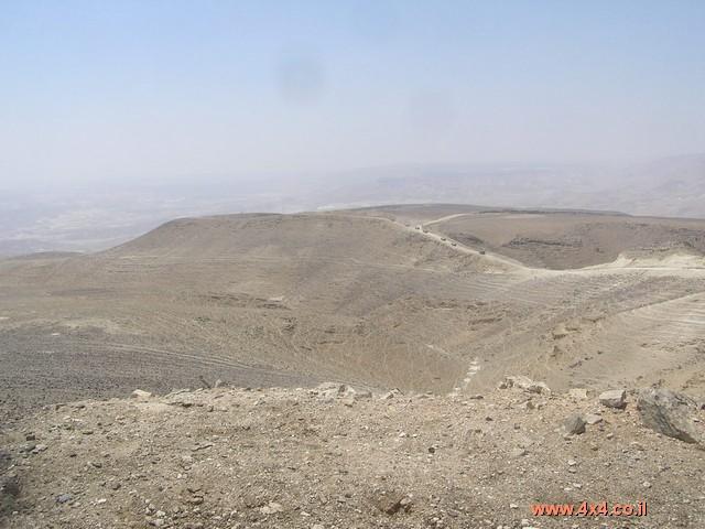 ממשיכים על השביל המסומן בירוק ובסימון של שביל ישראל  לצד צינור הגז החלוד