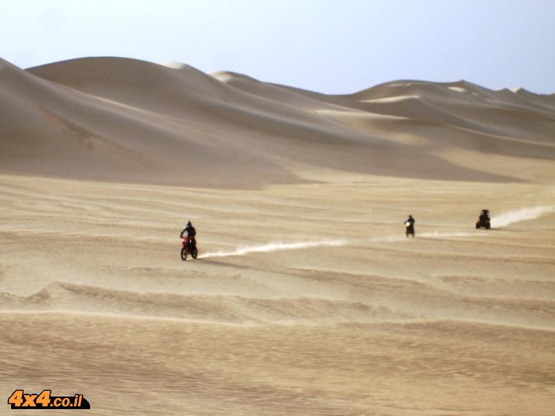 דיונות ענקיות אין סופיות, מבט ימינה, שמאלה, קדימה, אחורה ורק חול – ים בחול ואין שום דבר מסביב