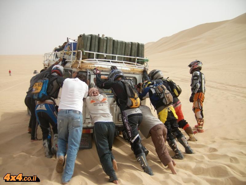 היד על הגז באופנוע והראש בג'יפים