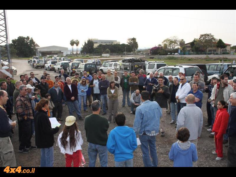 תדרוך הג'יפאים לפני יציאה למסע - כך נראים קבוצה של 60 ג'יפאים