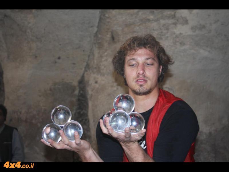 אלחנן במופע מרהיב עם כדורי קריסטל