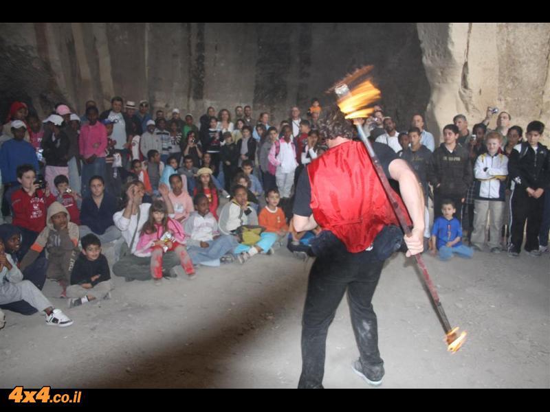 אלחנן בר במופע אש במערות לוזית- מסוכן אבל יפה
